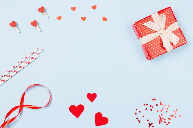 Geschenkdoos, confetti, harten en envelop met vrije ruimte voor tekst op pastel blauwe achtergrond. valentijnsdag concept.