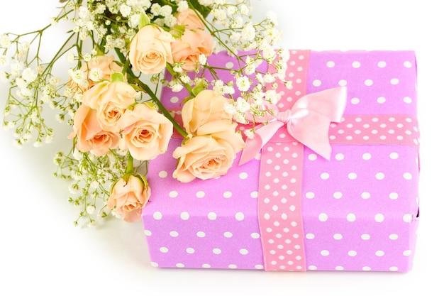 Geschenkdoos en bloemen geïsoleerd op wit