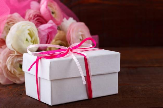 Geschenkdoos en bloemen