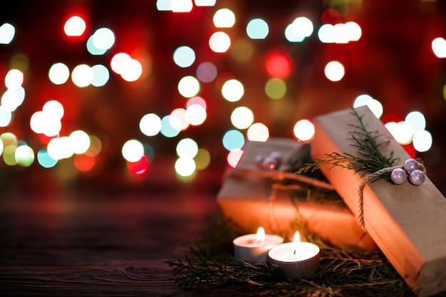 Geschenkdoos en kaarsen met kerstversiering