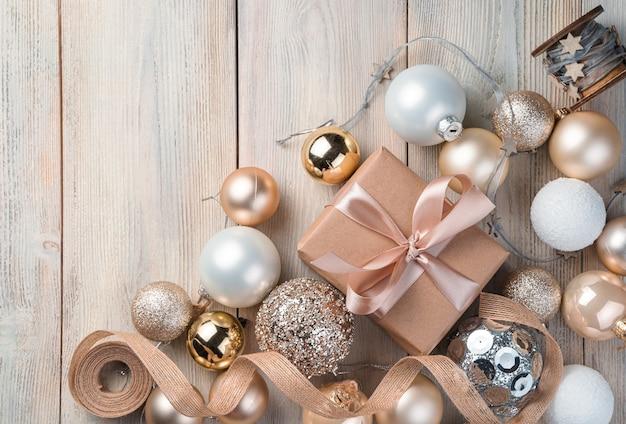 Geschenkdoos en kerstversiering op beige achtergrond. bovenaanzicht, kopieer ruimte.