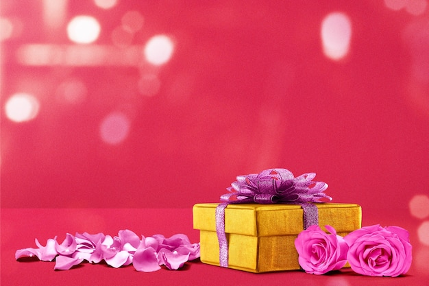 Geschenkdoos en paarse rozenblaadjes op een gekleurde muur. valentijnsdag