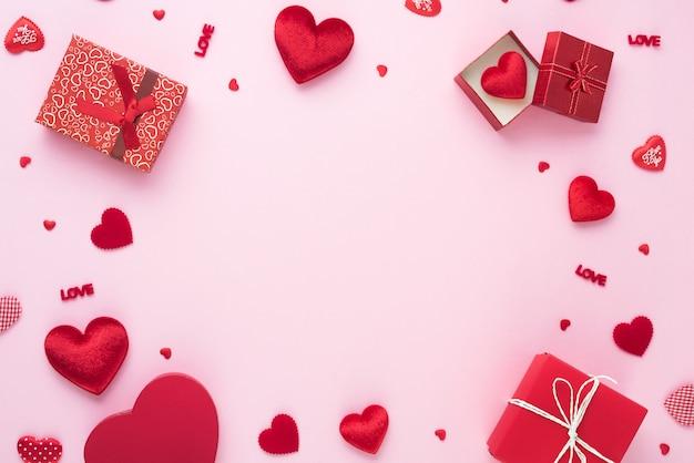 Geschenkdoos en rood hart op roze achtergrond met kopie ruimte voor liefde bruiloft of valentijnsdag.