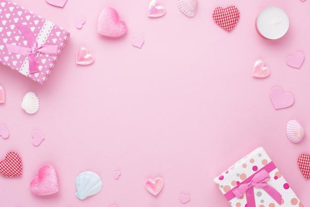 Geschenkdoos en roze hart op papier achtergrond met kopie ruimte voor liefde bruiloft of valentijnsdag.