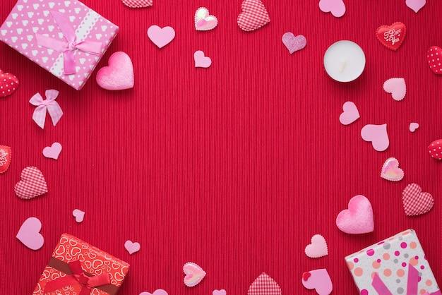 Geschenkdoos en roze hart op stof achtergrond met kopie ruimte voor liefde bruiloft of valentijnsdag.