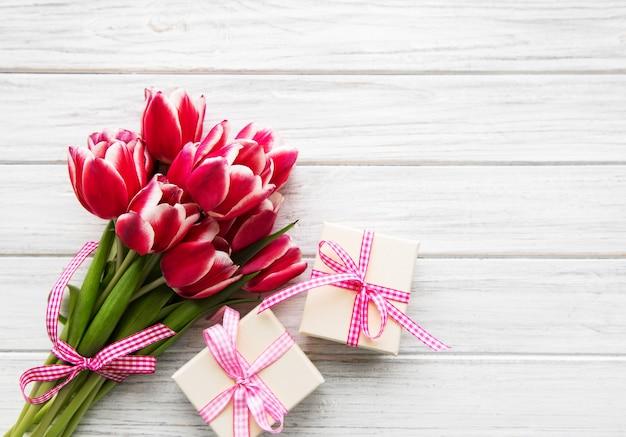 Geschenkdoos en tulpen boeket