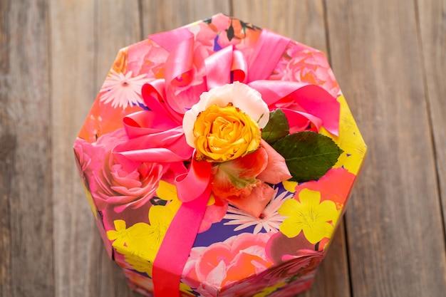 Geschenkdoos en verse rozen