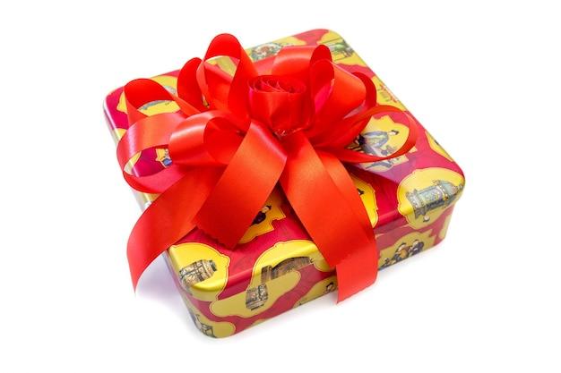 Geschenkdoos gebonden met een rode strik op een witte achtergrond.