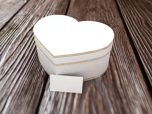 Geschenkdoos in de vorm van hart op houten tafel