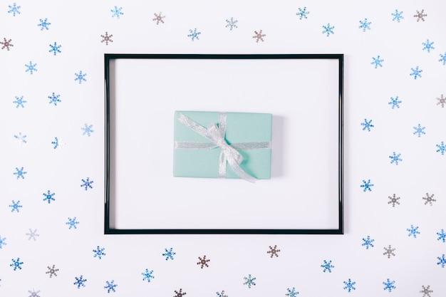 Geschenkdoos in een frame op een witte tafel