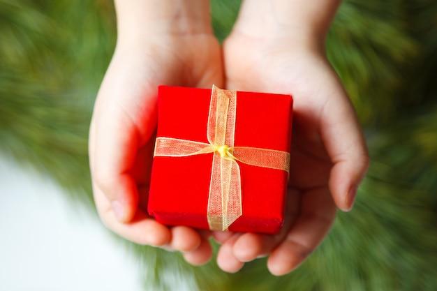 Geschenkdoos in kinderhand