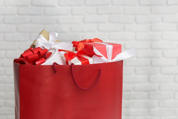 Geschenkdoos in papieren boodschappentas