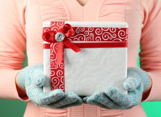 Geschenkdoos in vrouwelijke hand