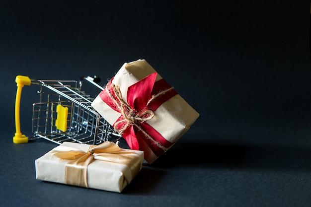 Geschenkdoos in winkelwagen voor kerstmis