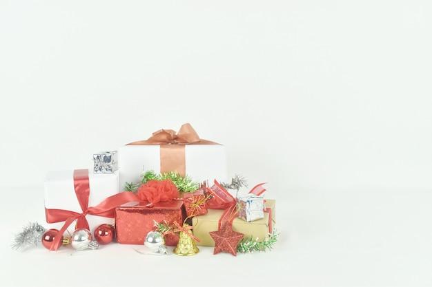 Geschenkdoos met decoratie kerstaccessoires op witte achtergrond