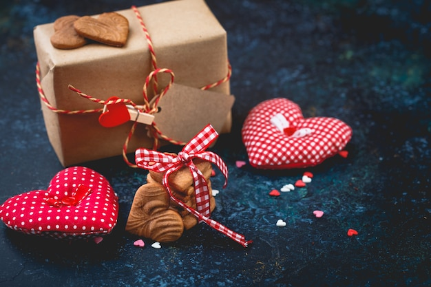 Geschenkdoos met en koekjes in de vorm van een hart.
