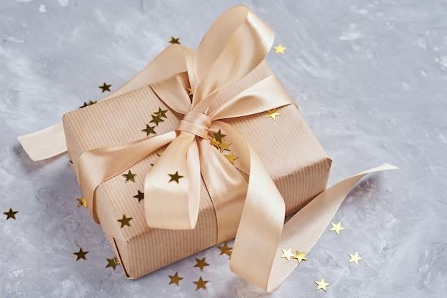 Geschenkdoos met gouden boog en confetti, close-up