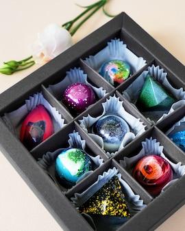 Geschenkdoos met handgemaakte bonbons geometrisch en ruimtelijk ontwerp