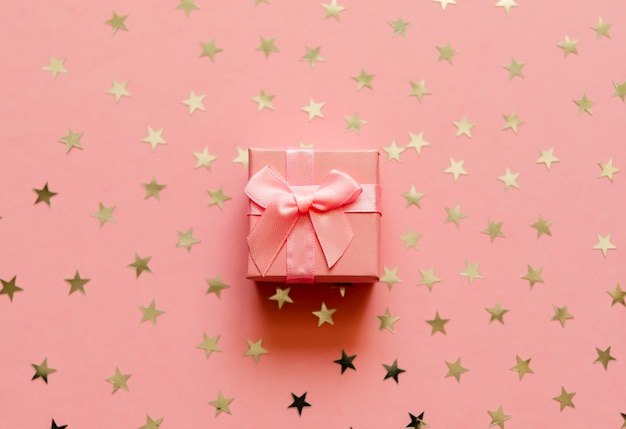 Geschenkdoos met holografische gouden sterren.