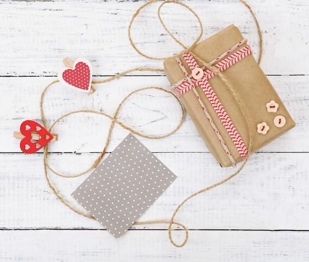 Geschenkdoos met kaart op houten ondergrond