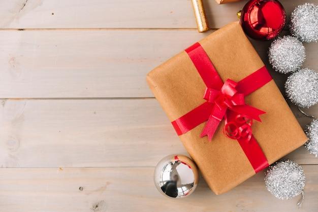 Geschenkdoos met kerstballen op tafel