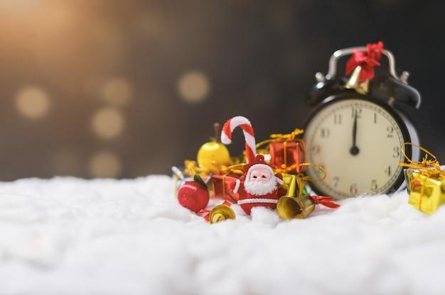 Geschenkdoos met kerstversiering op sneeuw