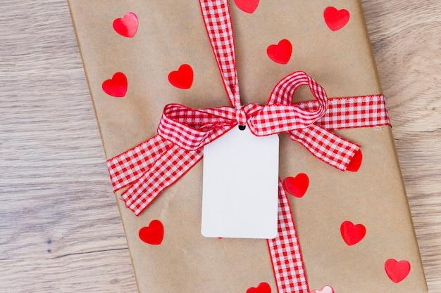 Geschenkdoos met kleine tag op houten tafel