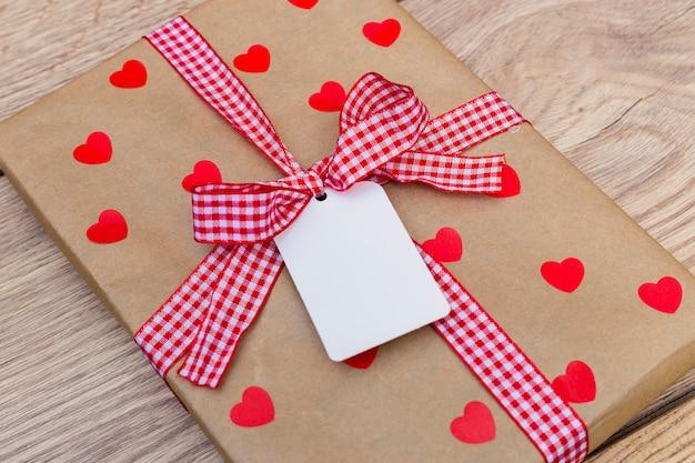 Geschenkdoos met kleine tag op lichte tafel
