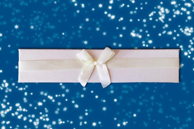 Geschenkdoos met lint op een blauwe achtergrond