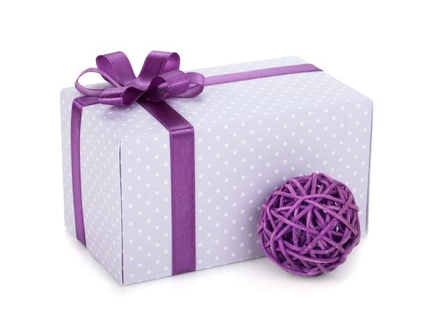 Geschenkdoos met lint, strik en kerstdecor. geïsoleerd op witte achtergrond