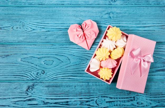 Geschenkdoos met marshmallows en papieren hart