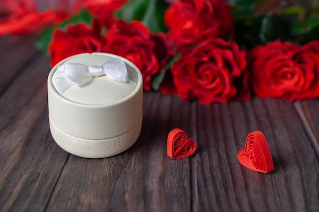 Geschenkdoos met mooi boeket rode rozen