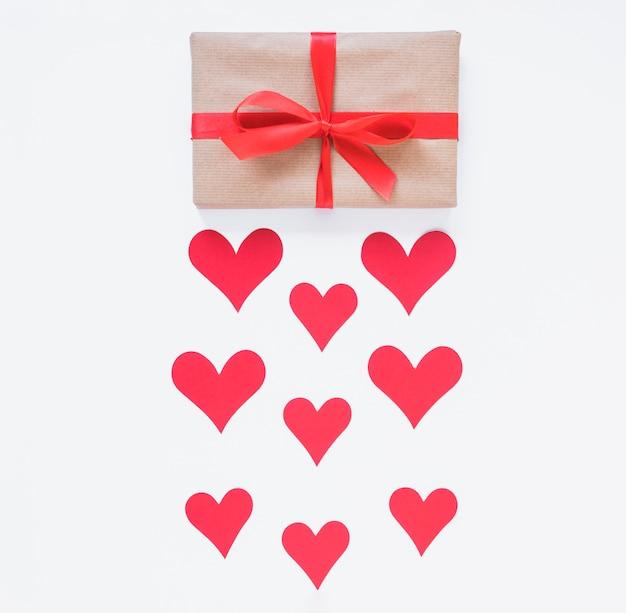 Geschenkdoos met rode harten op tafel