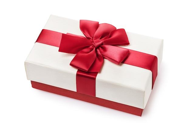 Geschenkdoos met rode strik geïsoleerd op een witte ondergrond