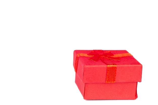 Geschenkdoos met rode strik geïsoleerd