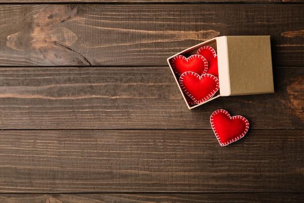 Geschenkdoos met rode vilt harten voor valentijnsdag