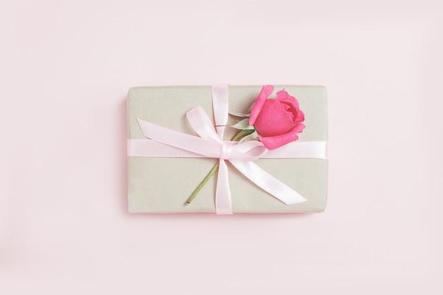 Geschenkdoos met roos. vintage cadeau. geschenkdoos met roze lint en boog.