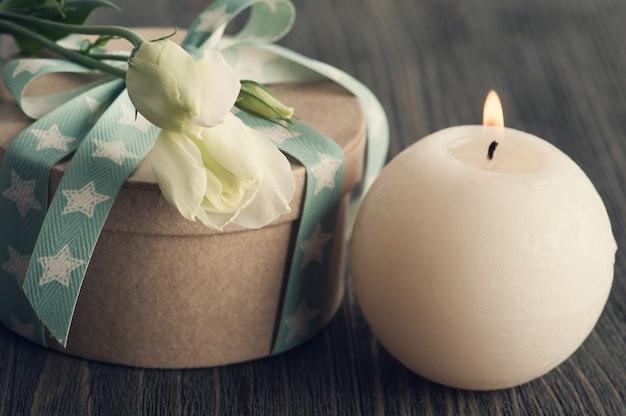 Geschenkdoos met ster lint op donkere rustieke tafel