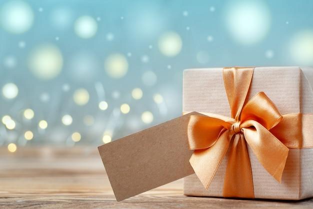 Geschenkdoos omwikkeld met kraftpapier en strik