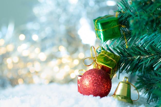 Geschenkdoos op de boom kerstmis, wazig rode bal op bokeh,