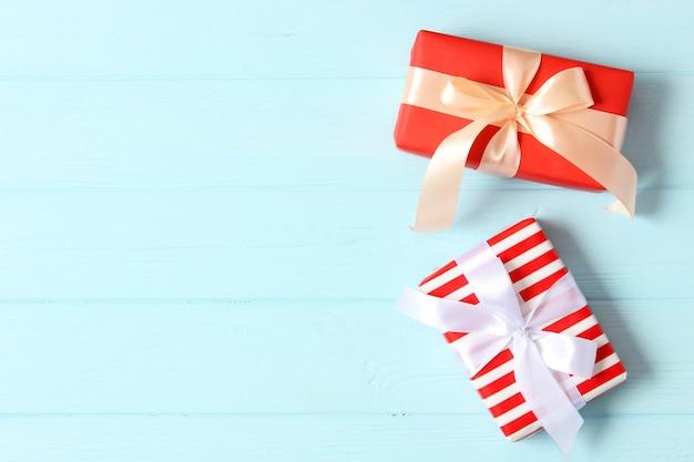 Geschenkdoos op een gekleurde achtergrond bovenaanzicht