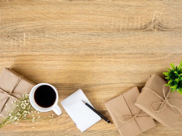 Geschenkdoos op een houten bureau werken