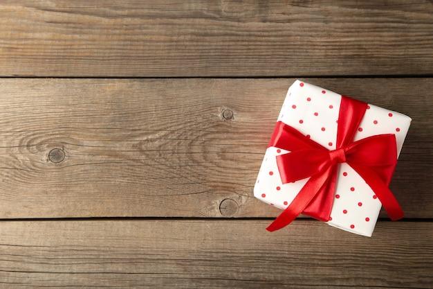 Geschenkdoos op houten tafel bovenaanzicht