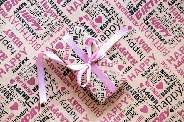 Geschenkdoos op inpakpapier