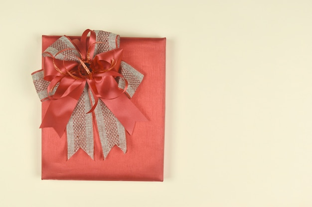 Geschenkdoos op oranje achtergrond cadeau voor verjaardag valentijn dag kerstmis nieuwjaar concept