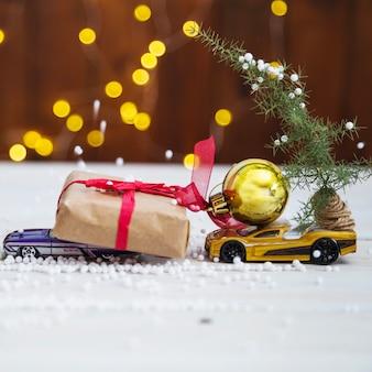 Geschenkdoos op speelgoedauto