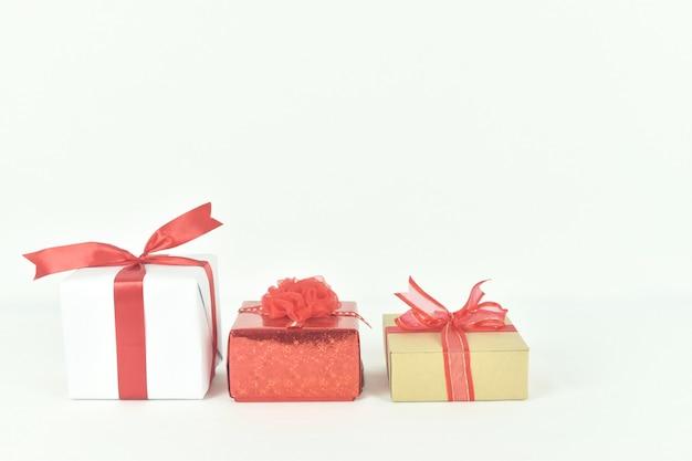 Geschenkdoos op witte ruimte aanwezig voor verjaardag valentijn dag kerstmis nieuwjaar concept