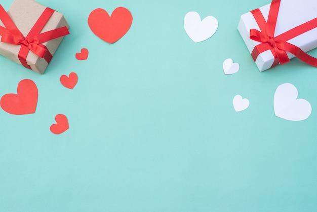 Geschenkdoos, rode en witte harten op blauwe pastel achtergrond. valentijnsdag of huwelijksceremonie concept