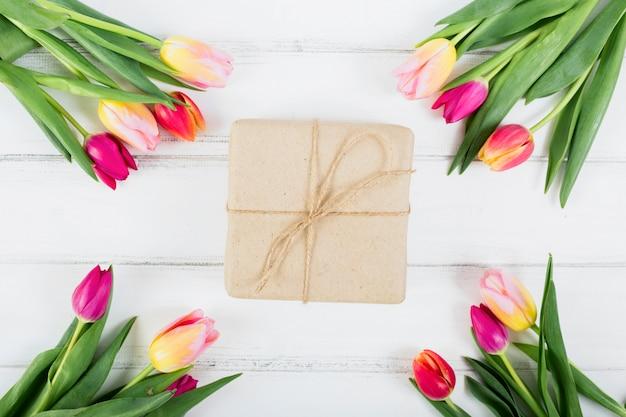 Geschenkdoos rond boeketten van tulpen