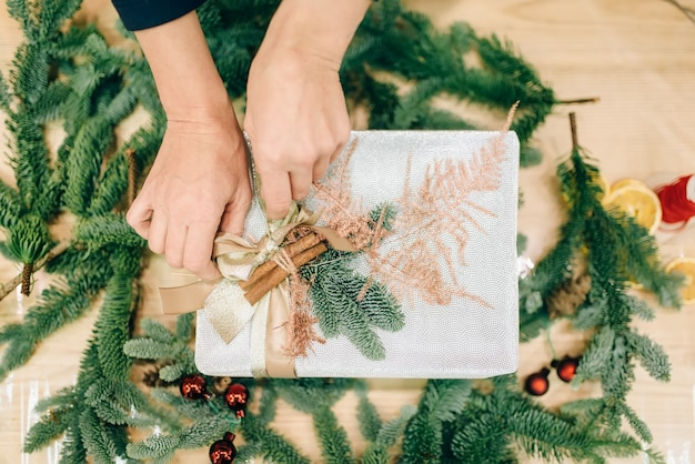 Geschenkdoos verpakking, decoratie van de tak van de spar
